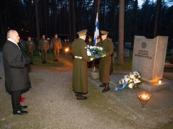 Riigikogu esimees Henn Põlluaas asetamas pärga soomepoiste mälestusmärgile Metsakalmistul
