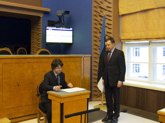 Riigikohtu liige Kalev Saare ametivandele alla kirjutamas