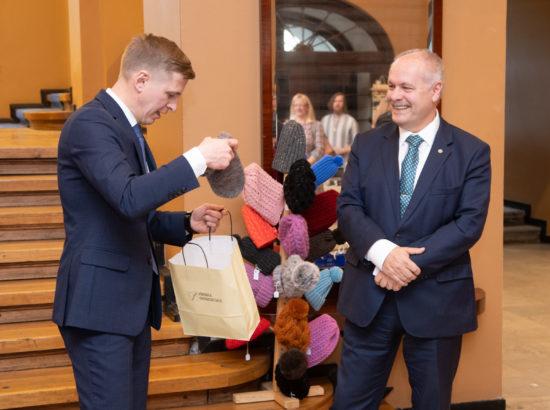 Riigikogu esimees Henn Põlluaas avamas Võru käsitöömeistrite näitust