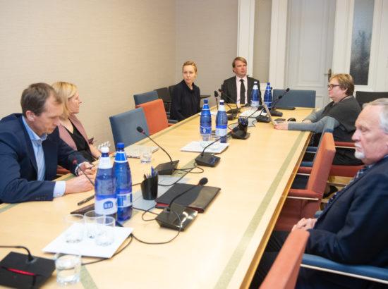 Arenguseire Keskuse juhataja Tea Danilov ja uuringute juht Meelis Kitsing tutvustasid Riigikogu majanduskomisjonile Eesti regionaalse majanduse nelja arengustsenaariumi, mis aitavad mõista, kuidas võiks majandustegevus ja selle paiknemine Eestis erinevate tegurite koosmõjul välja näha 2035. aastal.