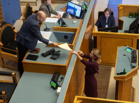 Reformierakonna fraktsiooni esimees Kaja Kallas andis 46 saadiku nimel Riigikogu aseesimehele Helir-Valdor Seederile üle siseminister Mart Helme umbusaldusavalduse.