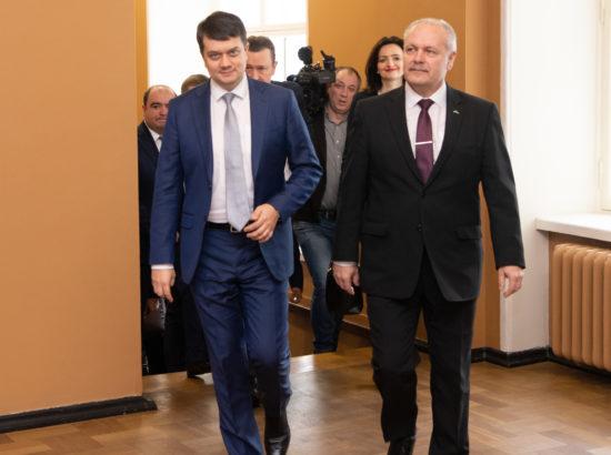 Eesti-Ukraina parlamendirühma esimees Johannes Kert tervitamas Ukraina Ülemraada esimeest Dmõtro Razumkovi
