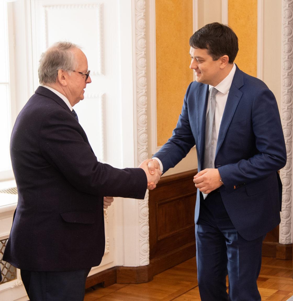 Väliskomisjoni esimees Enn Eesmaa tervitamas Ukraina Ülemraada esimeest Dmõtro Razumkovi