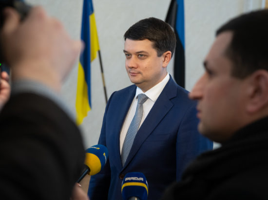 Ukraina Ülemraada esimees Dmõtro Razumkov kirjutamas külalisteraamatusse
