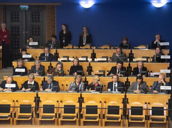 Diplomaatiline korpus kuulamas välispoliitika arutelu olulise tähtsusega riikliku küsimusena.