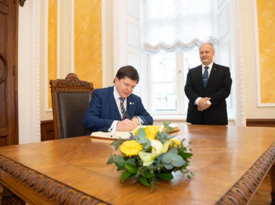 Rootsi parlamendi Riksdagi esimees Andreas Norlén kirjutamas Riigikogu külalisteraamatusse