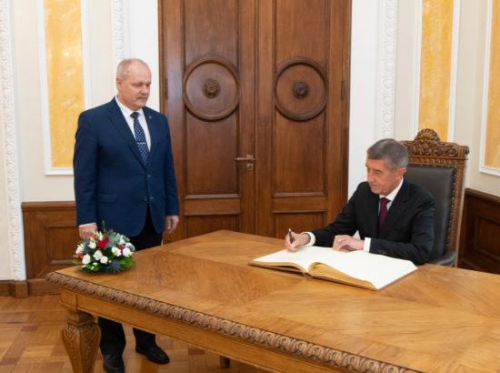 Tšehhi välisminister Andrej Babiš kirjutamas Riigikogu külalisteraamatusse
