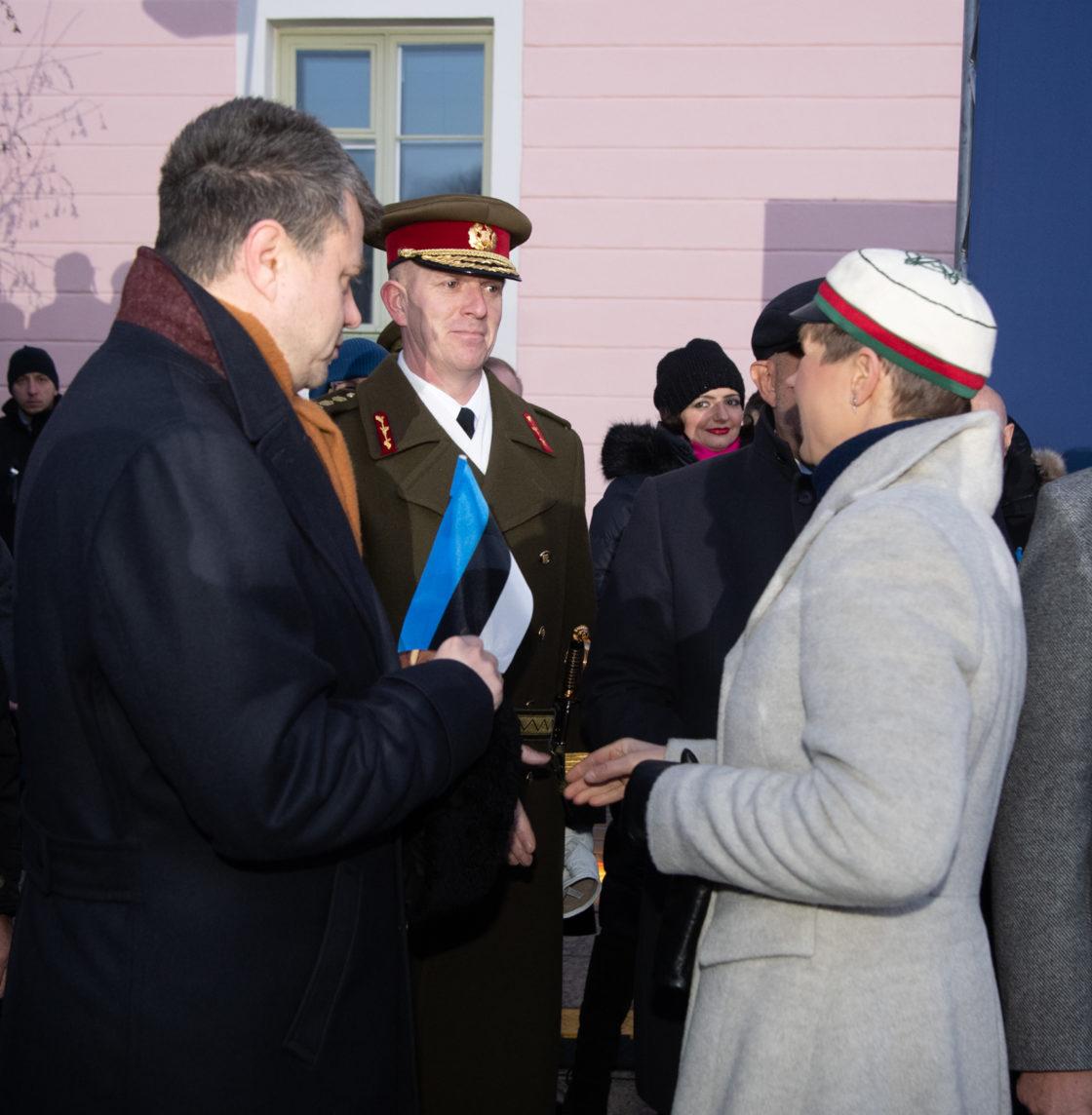 President Kersti Kaljulaid, välisminister Urmas Reinsalu ja Kaitseväe juhataja Martin Herem pidulikul lipuheiskamisel