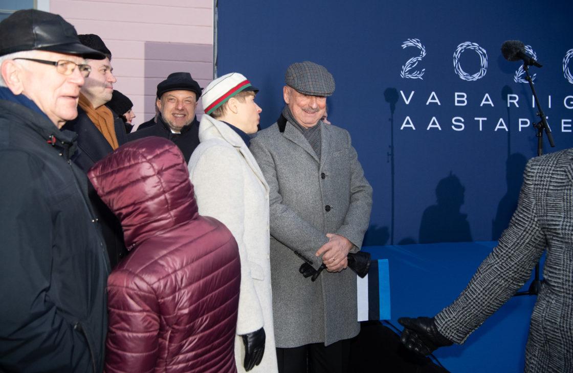 President Kersti Kaljulaid ja Siim Kallas pidulikul lipuheiskamisel