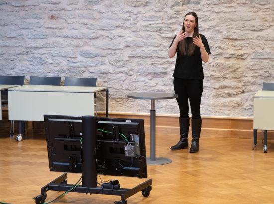 Viipekeele tõlk tõlkimas peaministri poliitilist avaldust seoses kujunenud olukorraga Eestis