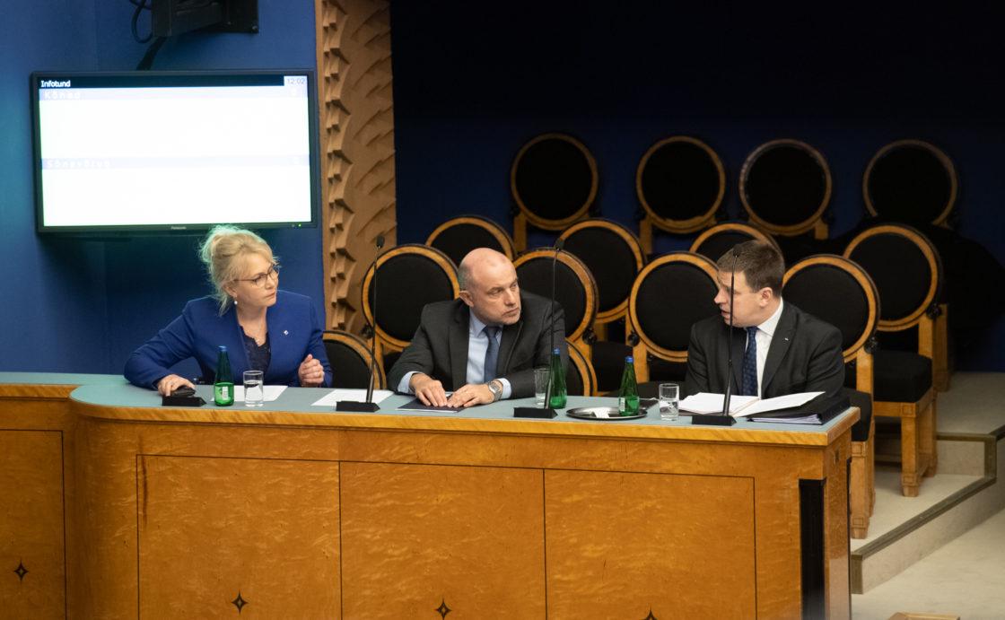 Riigikogu infotund 18. märtsil 2020. Rahvastikuminister Riina Solman, kaitseminister Jüri Luik ja peaminister Jüri Ratas.