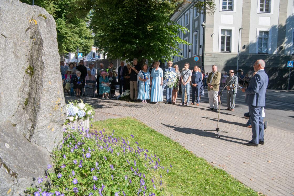 Lillede asetamise tseremoonia 20. augusti mälestuskivi jalamil Toompeal
