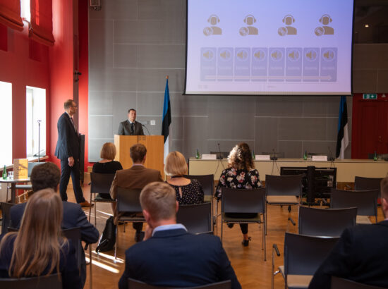 Riigikogu istungite stenografeerimise süsteemi Hans tutvustab Riigikogu Kantselei haldusdirektor Ahto Saks