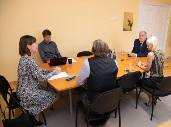 Rahvastikukriisi lahendamise probleemkomisjon valis esimeheks Peeter Ernitsa, aseesimeheks valiti tagasi Heljo Pikhof