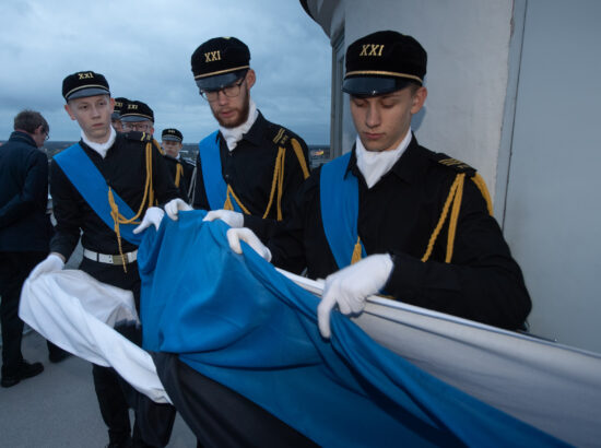 Tallinna 21. Kooli liputoimkond heiskas vastupanuvõitluse päeva puhul Pika Hermanni torni riigilipu