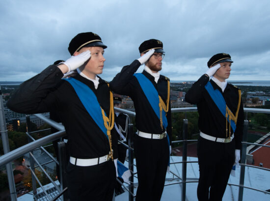 Riigikogu esimees Henn Põlluaas tervitas Tallinna 21. Kooli liputoimkonda, mille liikmed heiskasid vastupanuvõitluse päeva puhul Pika Hermanni torni riigilipu