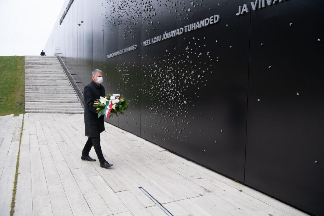 Ungari parlamendi esimees László Kövér asetamas lilli Maarjamäe memoriaalile