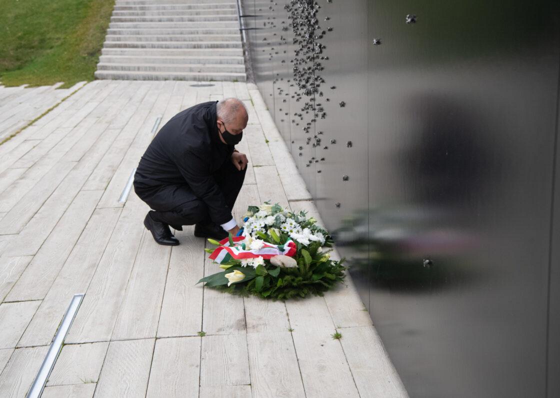 Riigikogu esimees Henn Põlluaas asetamas lilli Maarjamäe memoriaalile