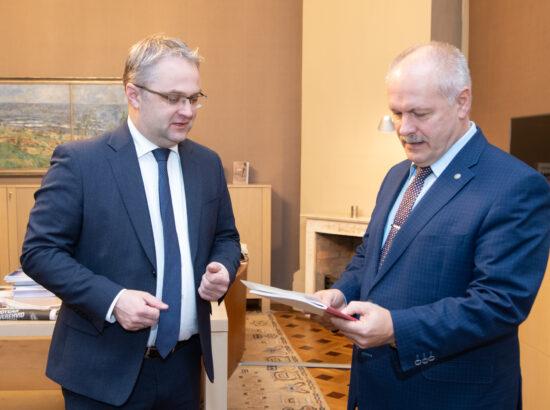 Riigikogu esimees Henn Põlluaas võttis riigikontrolör Janar Holmilt vastu Riigikontrolli aastaaruande