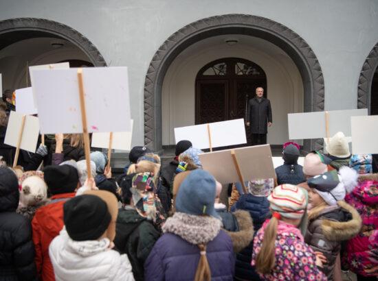 Riigikogu esimees Henn Põlluaas tervitas Vanalinna Hariduskolleegiumi väikeseid mardisante