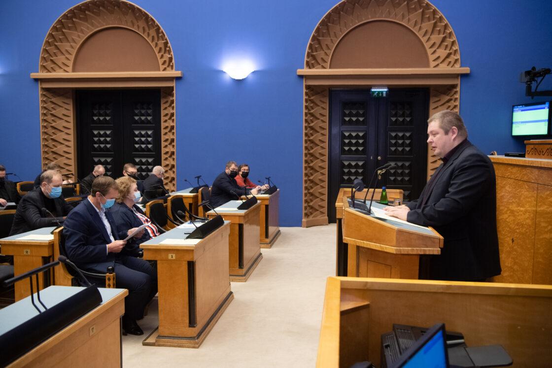 """Täiskogu istung, olulise tähtsusega riikliku küsimuse """"Rohepööre – nii väljakutse kui võimalus Eesti jaoks"""" arutelu. Keskkonnakomisjoni esimehe Erki Savisaare ettekanne."""