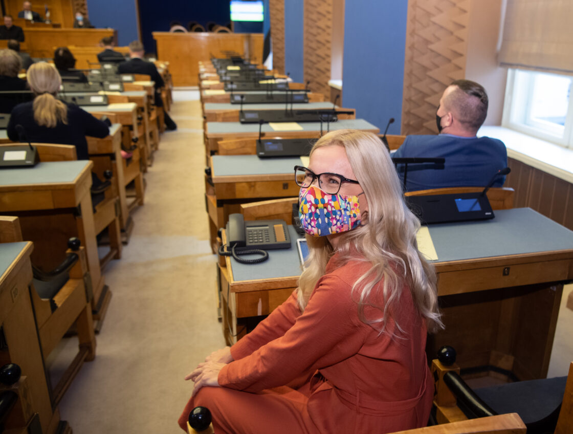 """Täiskogu istung, olulise tähtsusega riikliku küsimuse """"Rohepööre – nii väljakutse kui võimalus Eesti jaoks"""" arutelu. Euroopa Komisjoni energeetikavolinik Kadri Simson."""