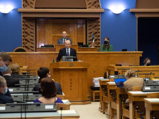 """Täiskogu istung, Riigikogu otsuse """"Rahvahääletuse korraldamine abielu mõiste küsimuses"""" eelnõu teine lugemine. Põhiseaduskomisjoni esimees Anti Poolamets."""