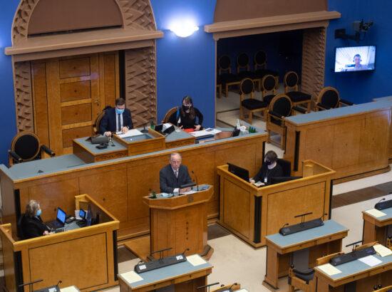 """Täiskogu istung, olulise tähtsusega riikliku küsimuse """"Riigi sõjalise kaitse jätkusuutlik areng"""" arutelu. Riigikaitsekomisjoni esimehe Enn Eesmaa ettekanne."""