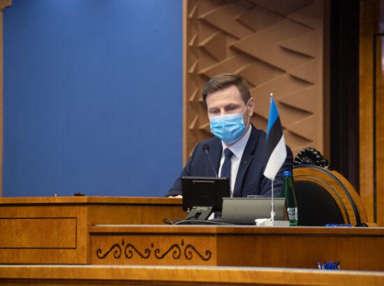 """Täiskogu istung, olulise tähtsusega riikliku küsimuse """"Riigi sõjalise kaitse jätkusuutlik areng"""" arutelu. Riigikogu aseesimees Hanno Pevkur."""