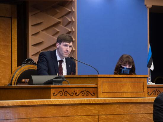 """Täiskogu istung, olulise tähtsusega riikliku küsimuse """"Riigi sõjalise kaitse jätkusuutlik areng"""" arutelu. Riigikogu aseesimees Martin Helme."""