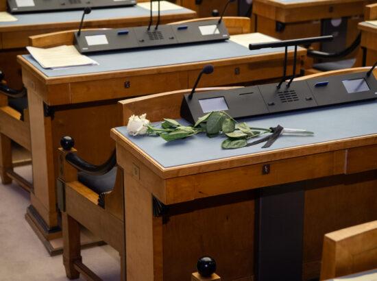 Täiskogu istung, leinaseisak Riigikogu liikme kindralleitnant Johannes Kerdi auks