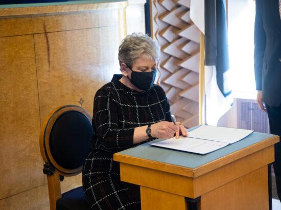 Täiskogu istung, Riigikogu liikme Tiiu Aro ametivanne