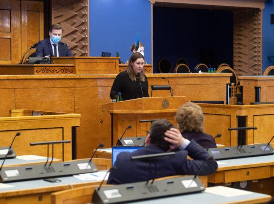 """Täiskogu istung, olulise tähtsusega riikliku küsimuse """"COVID-19 vaktsineerimise korraldamine"""" arutelu. Terviseameti peadirektori asetäitja Mari-Anne Härma."""