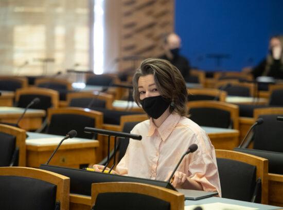 """Keskkonnakomisjoni algatatud olulise tähtsusega riikliku küsimuse """"Kliimaneutraalne Eesti aastaks 2035?"""" arutelu. Keskkonnakomisjoni esimees Yoko Alender."""