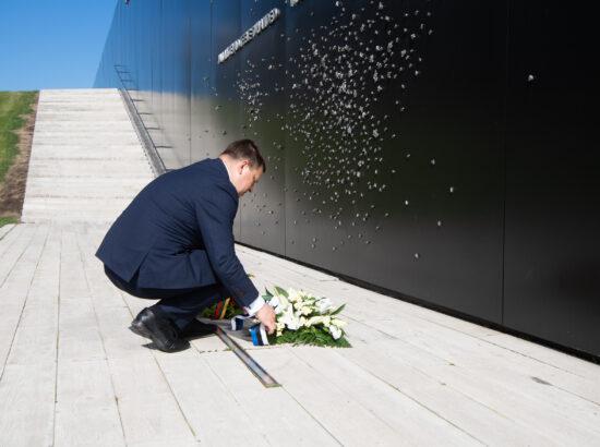 Riigikogu esimees Jüri Ratas asetamas lilli Maarjamäe memoriaalile