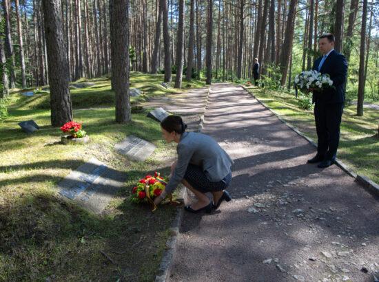 Riigikogu esimees Jüri Ratas ja Leedu parlamendi esimees Viktorija Čmilytė-Nielsen asetamas lilli Paul Kerese hauale Metsakalmistul