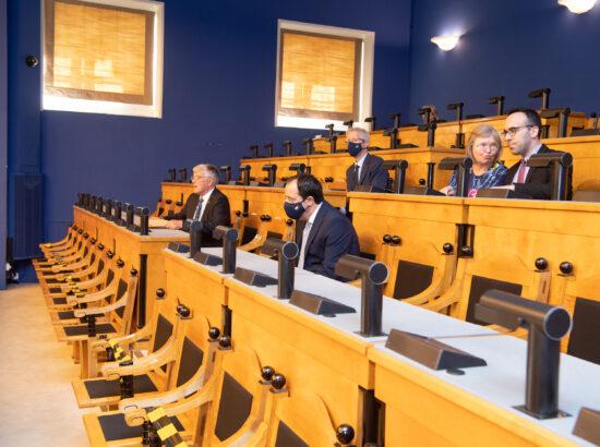 Küprose välisminister Nikos Christodoulides Riigikogu istungisaalis