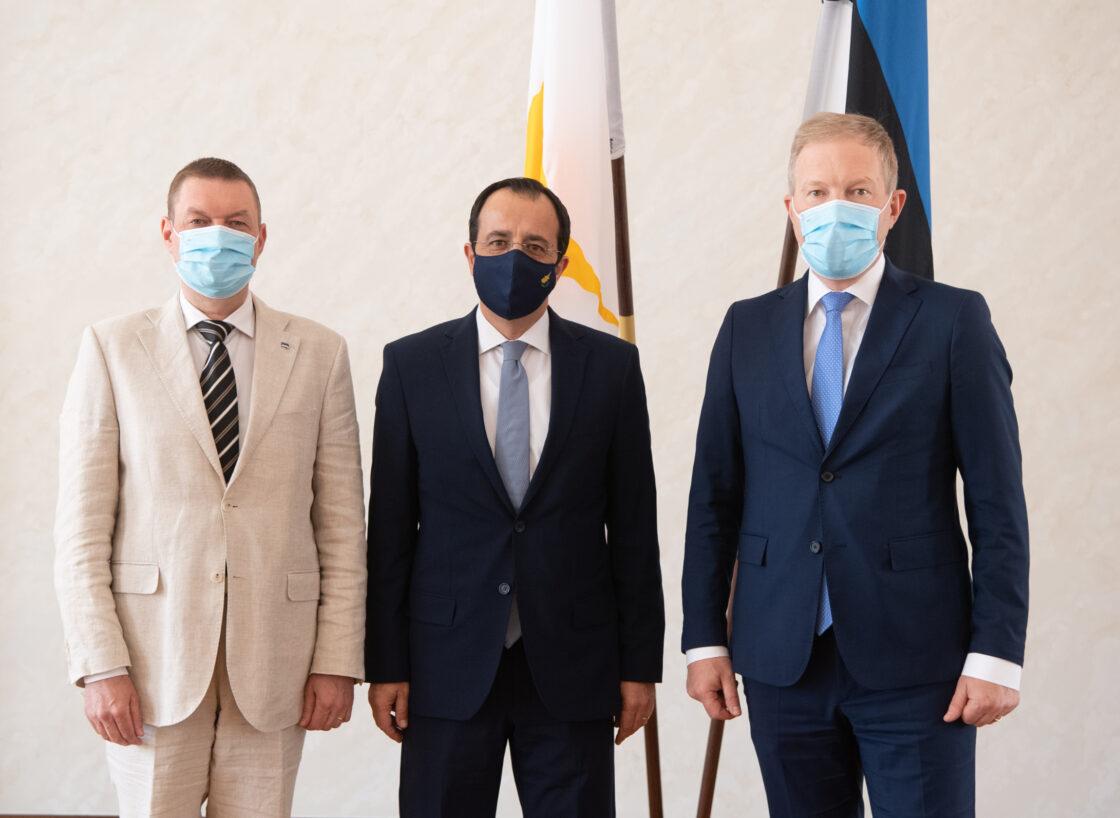 Väliskomisjoni esimees Marko Mihkelson, väliskomisjoni liige Raivo Tamm ja Küprose välisminister Nikos Christodoulides