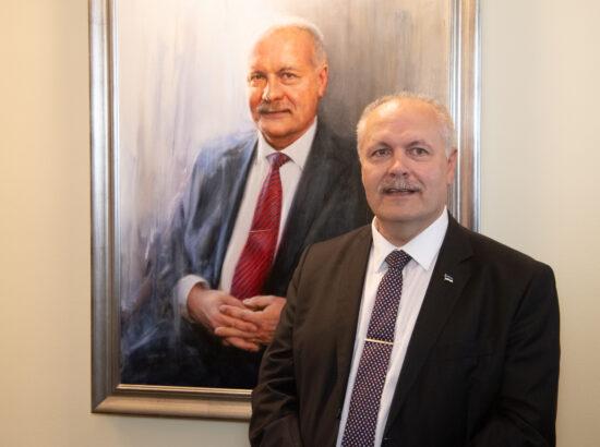 XIV Riigikogu esimees Henn Põlluaas portreega.