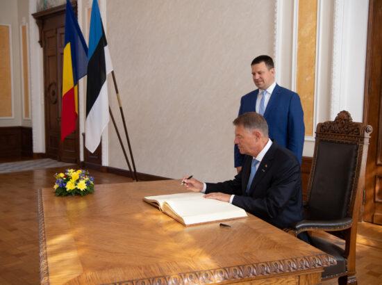 Riigikogu esimees Jüri Ratas ja Rumeenia president Klaus Werner Iohannis. Sissekanne Riigikogu külalisteraamatusse