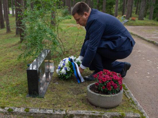 Riigikogu esimees Jüri Ratas Ülo Nugise haual
