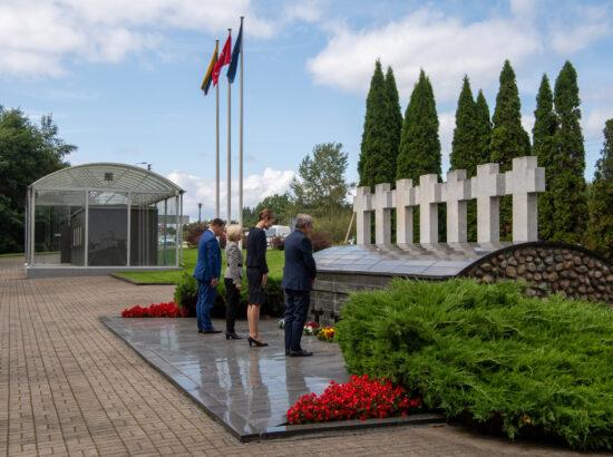 Balti riikide spiikrid ja Euroopa Parlamendi president asetavad lilled Medininkai piiripunktis veresauna ohvritele püstitatud mälestusmärgi juurde