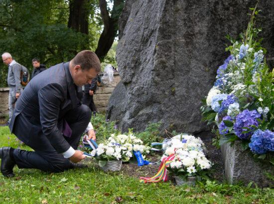 Lillede asetamine 20. augusti mälestuskivile