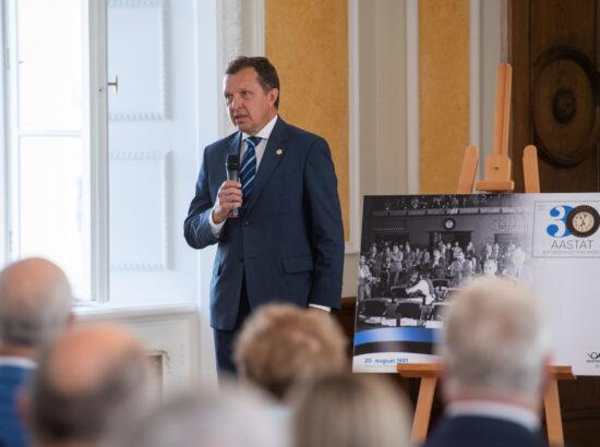 Eesti Post esitles iseseisvuse taastamise 30. aastapäevale pühendatud tervikasja. Riigikogu Kantselei direktor Peep Jahilo.