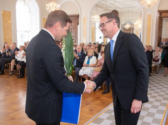Eesti Post esitles iseseisvuse taastamise 30. aastapäevale pühendatud tervikasja. Riigikogu aseesimees Hanno Pevkur ning Eesti Posti juhatuse esimees Mart Mägi.