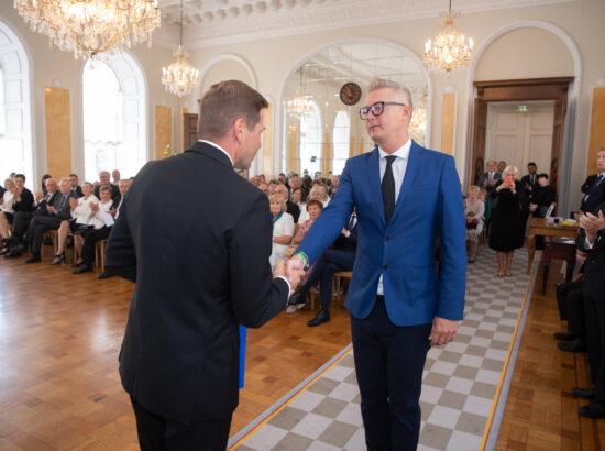 Eesti Post esitles iseseisvuse taastamise 30. aastapäevale pühendatud tervikasja. Riigikogu aseesimees Hanno Pevkur ning tervikasja kunstnik Indrek Ilves.