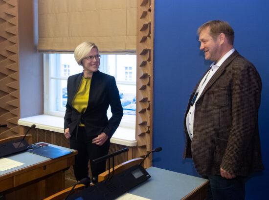 Õiguskantsleri 2020.–2021. aasta tegevuse ülevaade. Õiguskantsler Ülle Madise ja Riigikogu liige Ivari Padar.