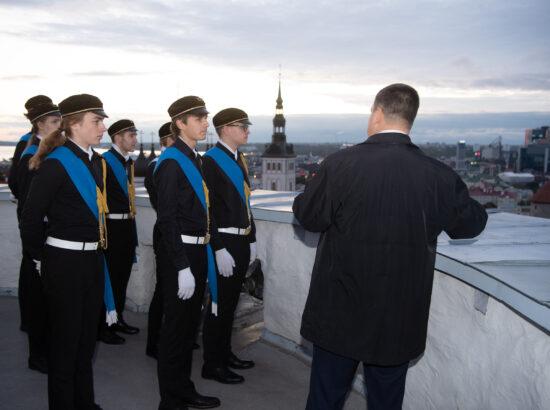 Tallinna 21. Kooli liputoimkond heiskas vastupanuvõitluse päeva puhul Pika Hermanni torni riigilipu 2021
