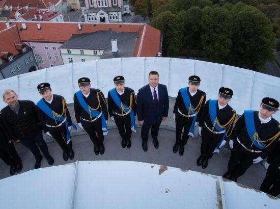 Tallinna 21. Kooli liputoimkond, Riigikogu esimees Jüri Ratas ning Riigikogu liige Tarmo Kruusimäe.