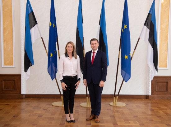 Euroopa Parlamendi esimene asepresident Roberta Metsola ja Riigikogu aseesimees Hanno Pevkur Toompea lossi Valges saalis